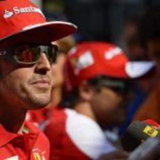 Fernando Alonso atiende a los medios