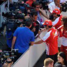 Fernando Alonso y Felipe Massa hablan para la televisión