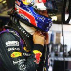 Mark Webber se abrocha el casco