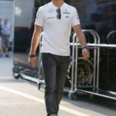 Nico Rosberg pasea por el paddock