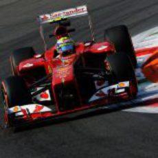 Felipe Massa sale de una curva