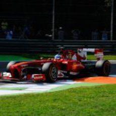 Fernando Alonso pasa junto a uno de los pianos en Monza