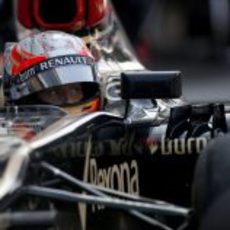 Romain Grosjean mira atentamente desde su E21