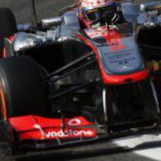 Jenson Button ataca los bordillos del trazado de Monza