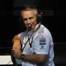 Martin Whitmarsh mira a sus pilotos desde el muro