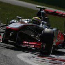 Sergio Pérez afornta una de las curvas de Monza