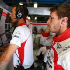 Jules Bianchi, atento a lo que ocurre en pista