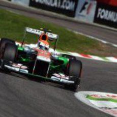 Adrian Sutil afronta la triple chicane de Ascari
