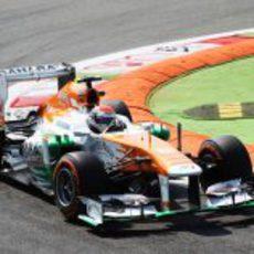 Adrian Sutil afronta la chicane con su VJM06