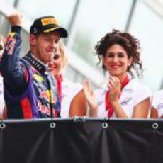 Sebastian Vettel levanta el puño vencedor