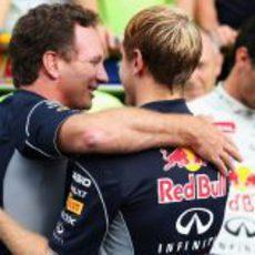 Christian Horner abraza a Sebastian Vettel