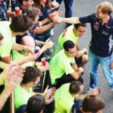 Los miembros de Red Bull felicitan a Sebastian Vettel