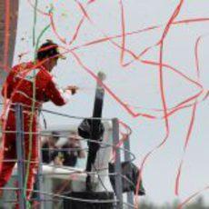 Fernando Alonso celebra su podio con los 'tifosi'