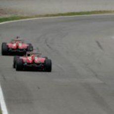 Felipe Massa y Fernando Alonso llegan a una curva