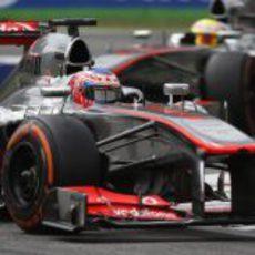 Jenson Button rueda por delante de su compañero