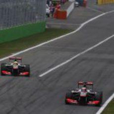 Jenson Button y Sergio Pérez luchando en Italia