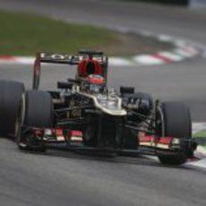 Kimi Räikkönen sale de la triple chicane Ascari