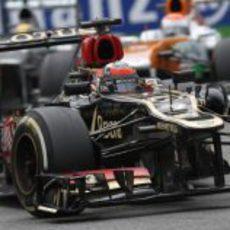 Kimi Räikkonen rueda por delante de Hamilton
