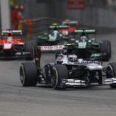 Valtteri Bottas rueda por delante de los monoplazas lentos