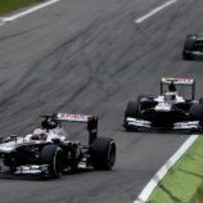 Maldonado rueda por delante de Bottas