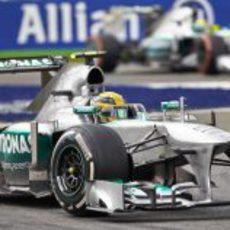 Lewis Hamilton inicia una ardua remontada