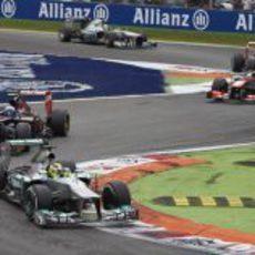 Nico Rosberg ataca en la primera 'chicane' de Monza