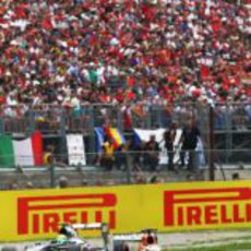 Adrian Sutil pasa junto a las abarrotadas gradas de Monza