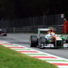 Adrian Sutil controla por el retrovisor a Gutiérrez
