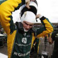 Giedo van der Garde se saca el casco