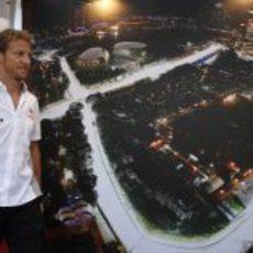 Jenson Button entra al paddock de Singapur