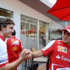 Saludo entre Fernando Alonso y Felipe Massa