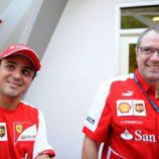 Felipe Massa sonríe junto a Stefano Domenicali