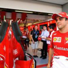 Felipe Massa, frente al box de Ferrari