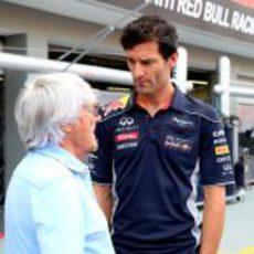 Mark Webber y Bernie Ecclestone en Singapur