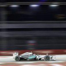 Lewis Hamilton avanza en Marina Bay