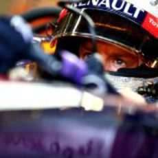 Mirada atenta de Sebastian Vettel en Marina Bay