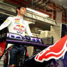 Mark Webber posa junto al RB9