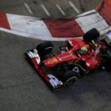 Felipe Massa toma una curva en Marina Bay