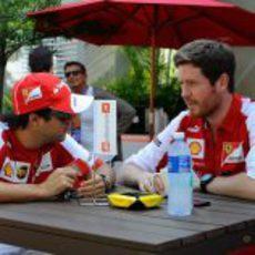 Felipe Massa charla con su ingeniero de carrera