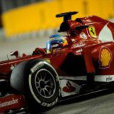 Fernando Alonso prueba el compuesto medio