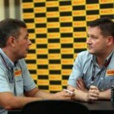 Paul Hembery habla con un ingeniero de Pirelli