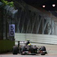 Esteban Gutiérrez afronta una de las curvas del circuito de Marina Bay