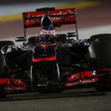 Jenson Button acabó séptimo el primer día en Singapur