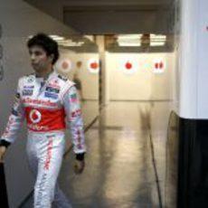 Sergio Pérez en el box de su equipo