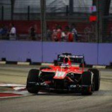 Jules Bianchi pilota en la noche de Singapur