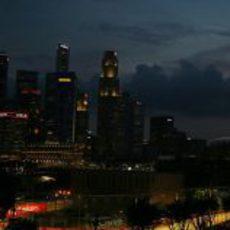 El STR8 rueda con la ciudad de Singapur de fondo