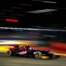 Daniel Ricciardo controla su STR8 por las curvas del circuito de Marina Bay