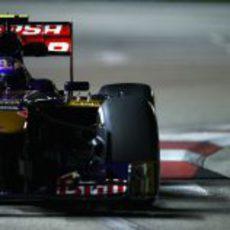 Daniel Ricciardo rueda con los medios