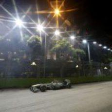Lewis Hamilton pilota bajo los focos