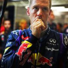 Sebastian Vettel, nervioso en el box